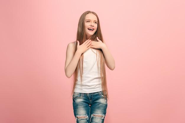 행복 한 십 대 소녀 서, 웃 고 유행 분홍색 벽에 격리. 아름 다운 여성 절반 길이 초상화. 인간의 감정, 표정 개념.