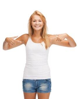 親指を立てて空白の白いtシャツで幸せな10代の少女
