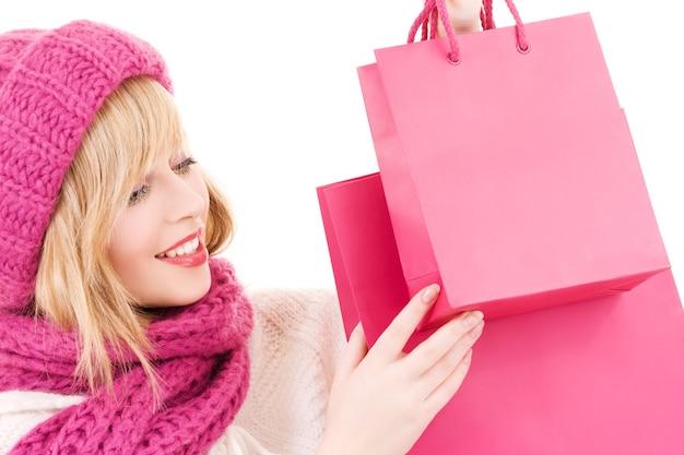 분홍색 쇼핑백 모자에 행복 한 십 대 소녀