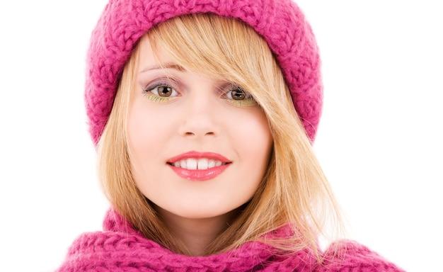 흰색 위에 겨울 모자에 행복 한 십 대 소녀