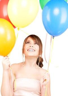 흰색 위에 풍선과 함께 행복 한 십 대 소녀