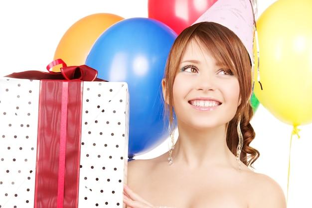 풍선 및 선물 상자와 함께 행복 한 십 대 파티 소녀