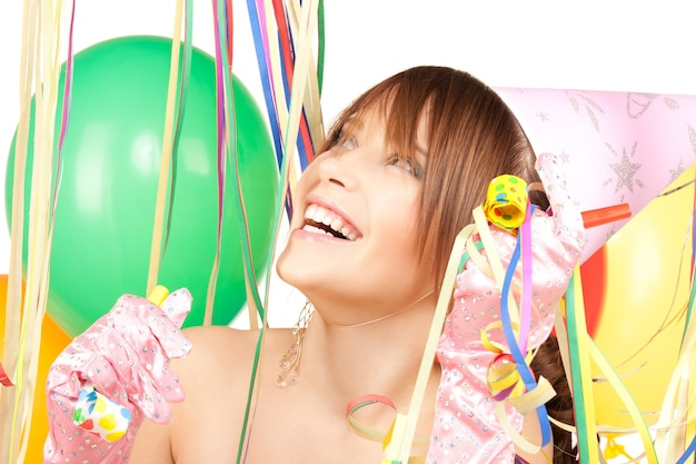흰색 위에 풍선과 함께 행복 한 십 대 파티 소녀