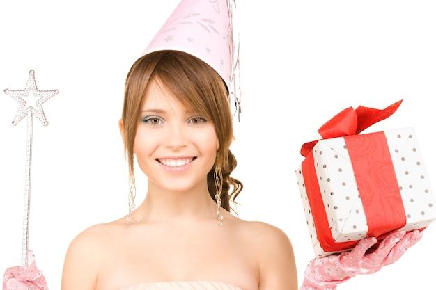 마술 지팡이와 선물 상자와 함께 행복 한 십 대 파티 소녀