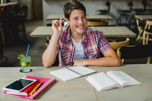 Felice adolescente in posa con i materiali scolastici