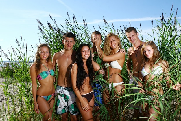Счастливые подростки играют на море