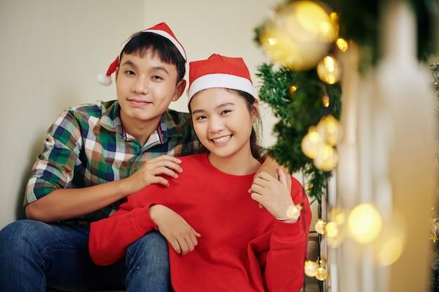 サンタの帽子で幸せな10代