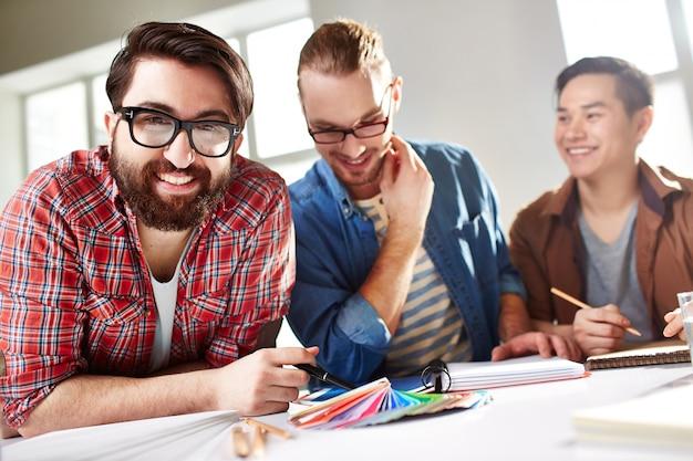 Счастливые подростки, работающие в их проекте
