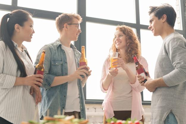 幸せな十代の若者たち