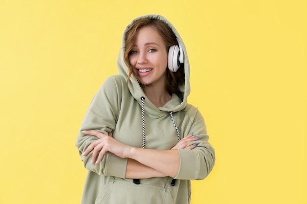 행복 치아 미소 여자 들어 음악 헤드폰 백인 여성 팟 캐스트 또는 특대 까마귀 옷을 입고 오디오 책을 즐길 수