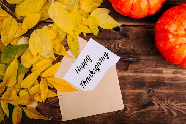Концепция счастливого благодарения с шарфом с желтыми листьями и чашкой кофе