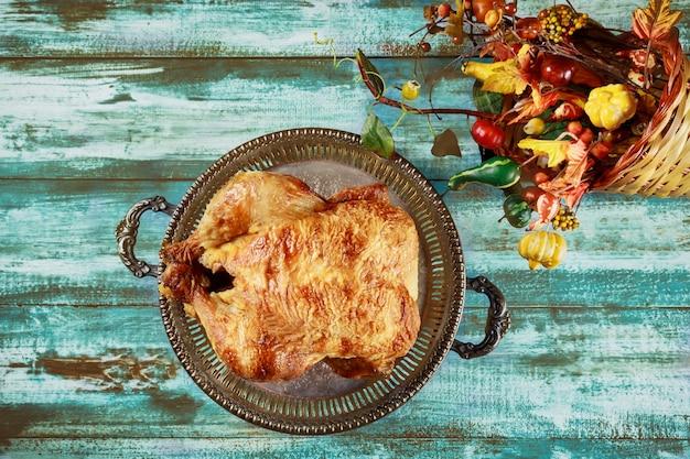 幸せな感謝祭のお祝いの伝統的な夕食の食事の概念