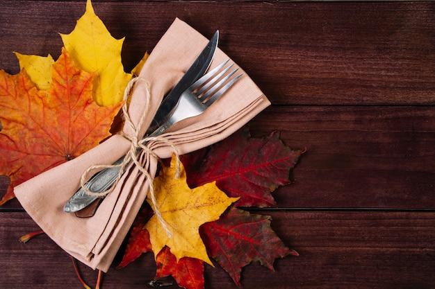 С днем благодарения день. сервировка столовых приборов для праздничного ужина.