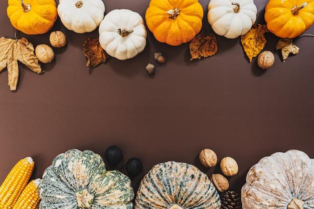 カボチャとナッツをテーブルに置いて幸せな感謝祭の日