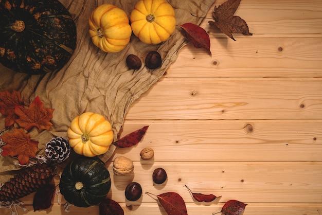 С днем благодарения с тыквой и орехом на деревянном фоне