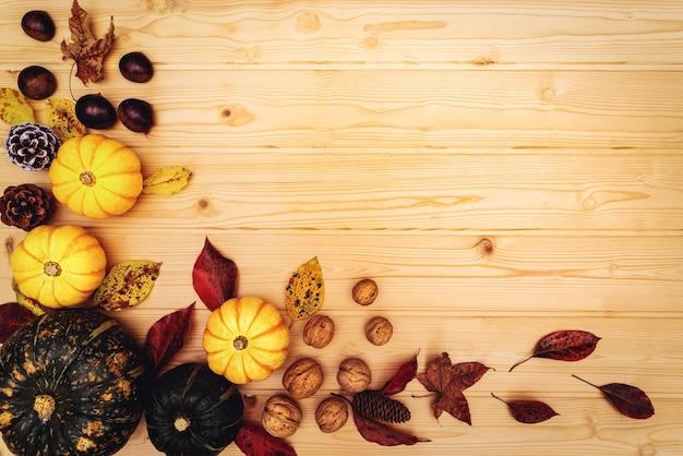 С днем благодарения с тыквой и орехом на деревянных фоне