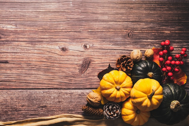 Счастливый день благодарения с тыквой и орехом на деревянном столе