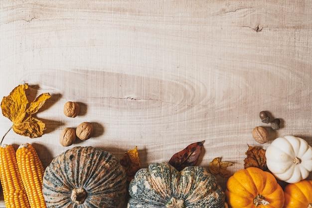 木製のテーブルにカボチャとナッツで幸せな感謝祭の日