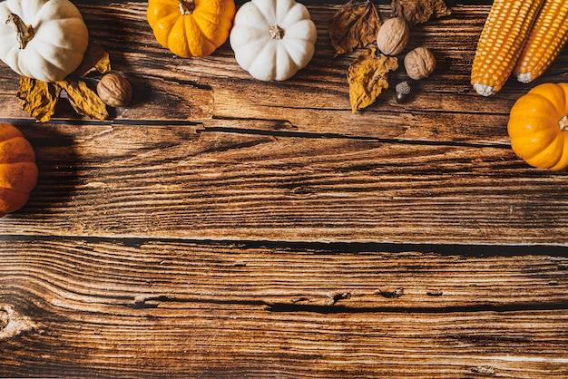 木製のテーブルにカボチャとナットで幸せな感謝祭の日