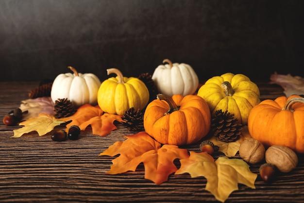 木製のテーブルにカボチャとナッツと幸せな感謝祭の日