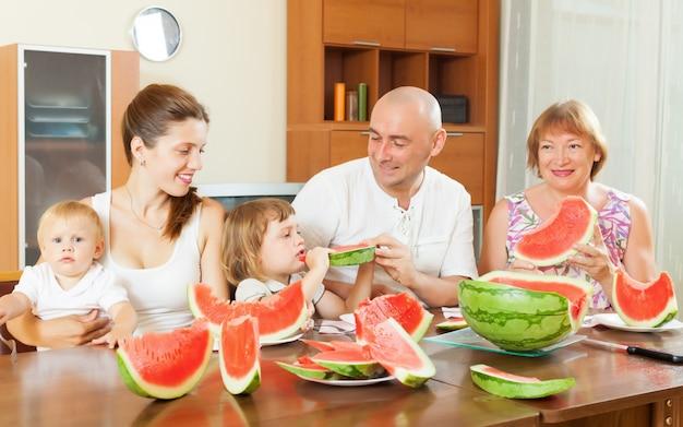 멜론을 먹는 행복한 3 대 가족