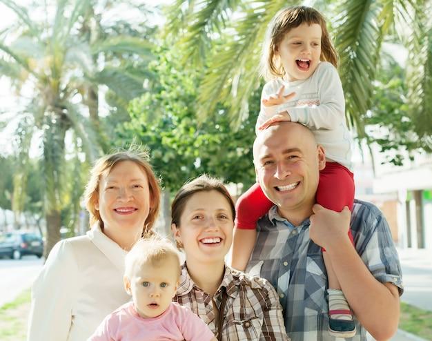 여름에 행복한 3 대 가족