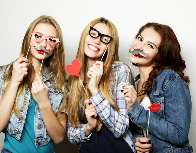Счастливое время. лучшие друзья стильных сексуальных хипстерских девушек готовы к вечеринке.