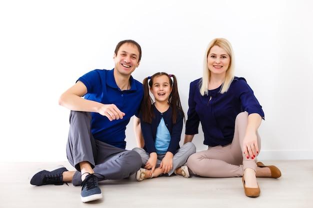 家族になって幸せです。屋内に座って笑顔の幸せな家族