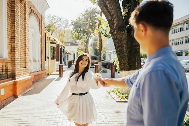 一緒にいて幸せです。手をつないでお互いを見ている少年の背面図