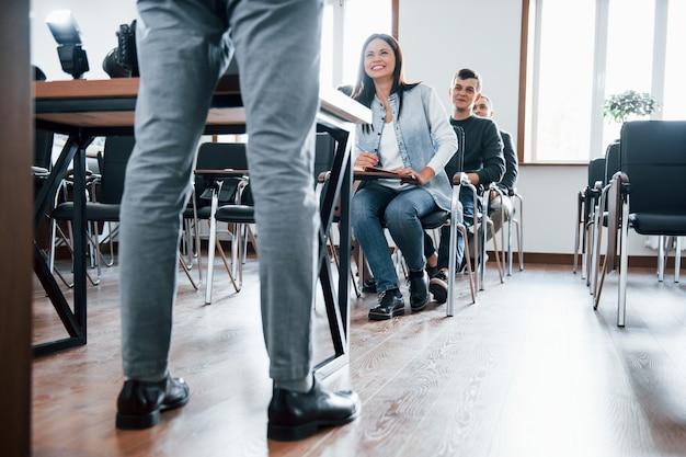ここであなたに会えてうれしいです。昼間の近代的な教室でのビジネス会議での人々のグループ