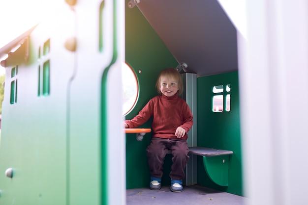 遊び場で遊んで幸せな幼児