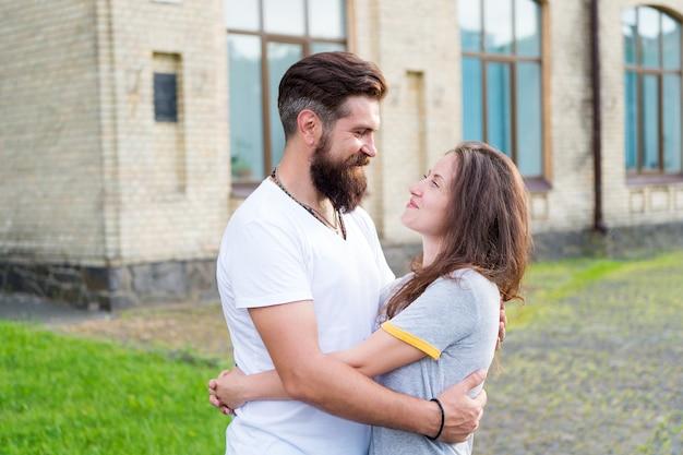 一緒に幸せ。楽しんで歩くのが大好きなカップル。男ひげを生やしたヒップスターと恋にきれいな女性。愛する心は真の知恵です。夏休み。恋に落ちる。お互いを楽しんでリラックスしたカップル。
