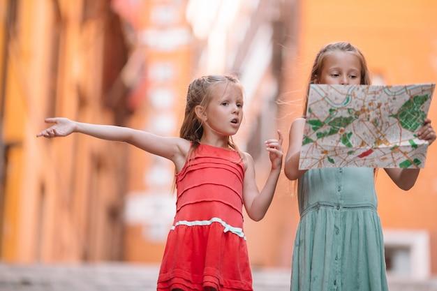 행복한 toodler 아이들은 유럽에서 이탈리아 휴가 휴가를 즐길 수 있습니다.