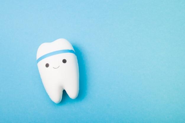 青い表面の幸せな歯