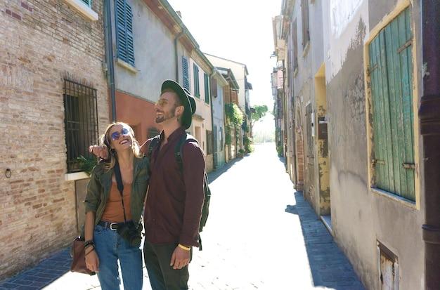 幸せな観光客のカップルが街の通り