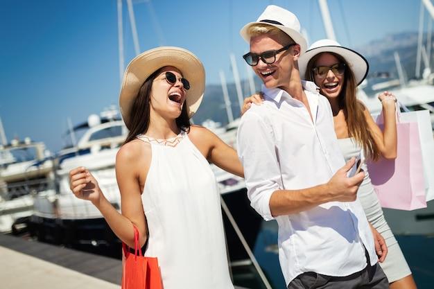 여름 여행 휴가를 즐기는 행복한 관광 친구들