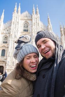 目の前で鳩と自画像を撮る幸せな観光客