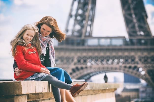 幸せな旅。パリのエッフェル塔の背景にママと娘。フランス