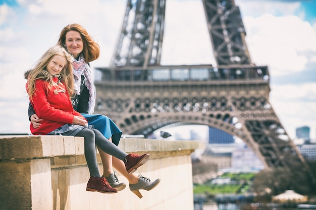 Happy travel. mom and daughter on the background of the eiffel tower in paris. france
