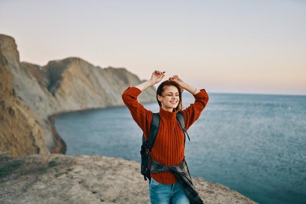 자연 자른보기에서 바다 근처 산에서 위로 손으로 행복 여행. 고품질 사진