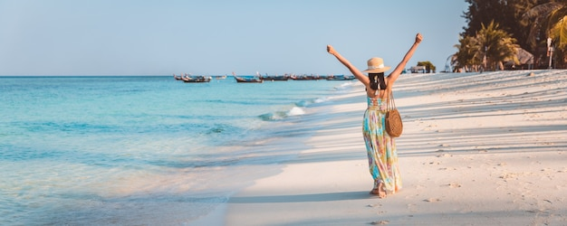 코 lipe, satun, 태국에서 저녁에 해변에서 편안하고 관광 드레스와 함께 행복 한 여행자 아시아 여자,