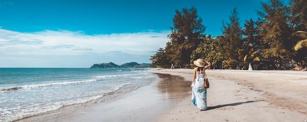 태국, 빈티지 스타일에서 저녁에 해변에서 편안한 흰 드레스와 함께 행복 한 여행자 아시아 여자