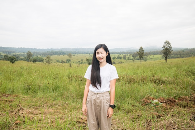 風の強い髪の笑顔で幸せな旅行者の流行に敏感な女の子