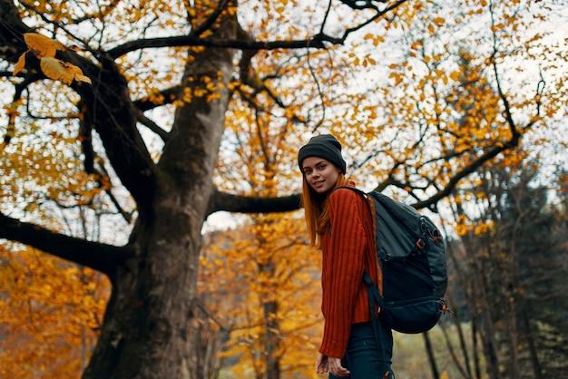 Счастливый путешественник в парке возле большого дерева пейзаж природа желтые листья модель эмоции