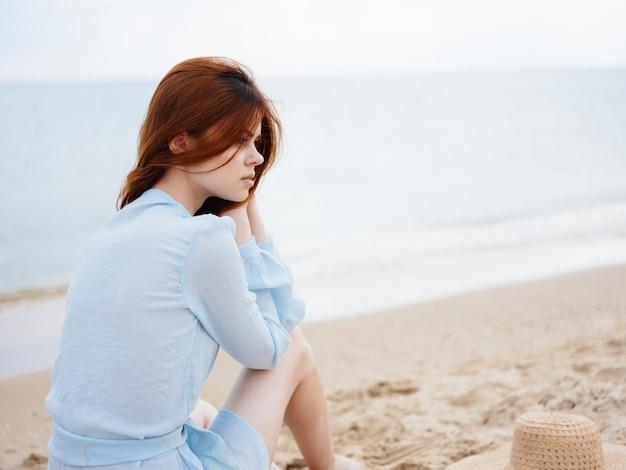 Счастливый путешественник возле моря на природе, отдых на свежем воздухе