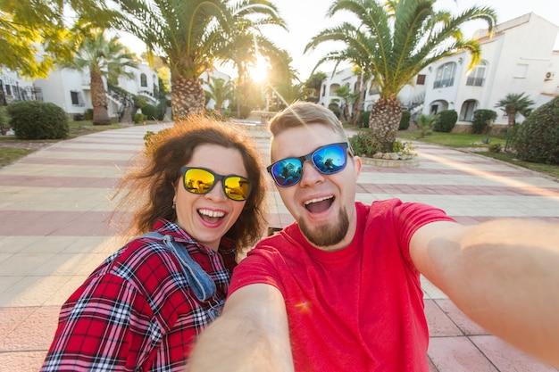 휴대 전화에는 selfie를 복용 사랑에 행복 한 여행 커플