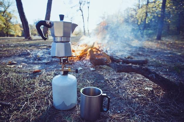 Happy trip - костер и гейзерная кофеварка на переднем плане