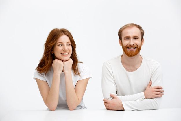 幸せな2つの赤毛、男と女の笑顔