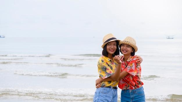 帽子をかぶって幸せな2人の若い女の子