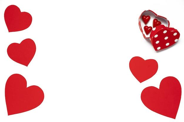 ハッピーバレンタインデー。分離された白のチョコレート菓子と赤い紙ハートギフトボックス